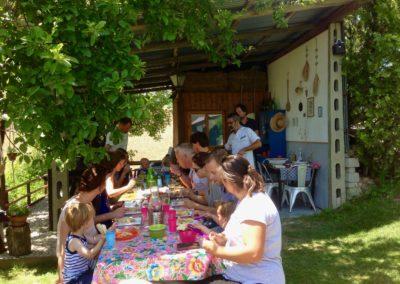 Samen buiten eten aan lange tafels