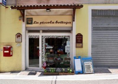 7. Shoppen; van lokale winkeltjes tot designer outlets.